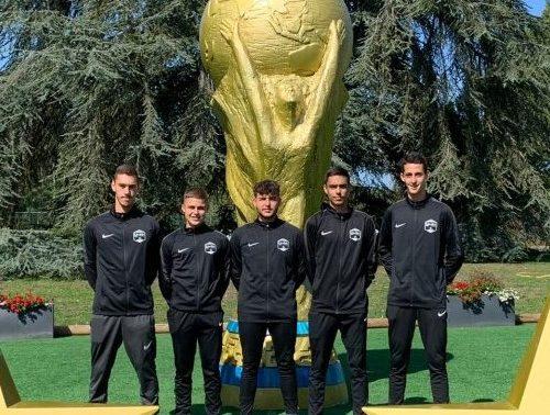 Tahar CHALABI (au centre) avec ses 4 collègues LAuRAFoot dans le temple du football à Clairefontaine